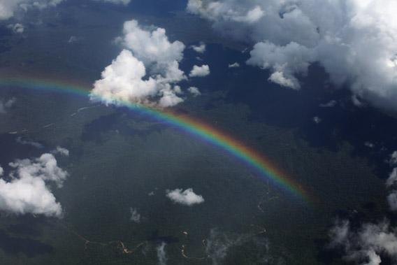 Arco iris sobre las estribaciones andinas de la Amazonía peruana. Foto tomada 11 de agosto por Rhett Butler.