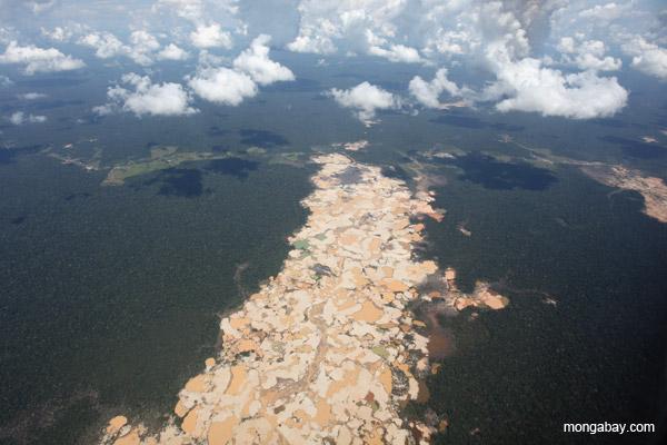 Mina de oro ilegal establecida en 2009 en el departamento de Madre de Dios. Esta mina traspasa la Reserva de Tambopata. Fotografía por Rhett A. Butler.