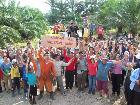 People of Long Teran Kenan blockading the road to their lands
