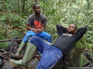 El asistente de campo Arthur Dibambo y el estudiante de maestría en ciencias Endeng N'Solet se toman un muy merecido descanso. Foto por: Laila Bahaa-el-din/Panthera.