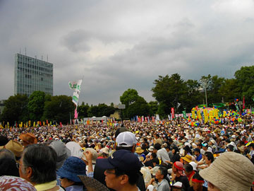 Anti-Nuclear Power Plant Rally on 19 September 2011 at Meiji Shrine Outer Garden. Photo by: 保守.