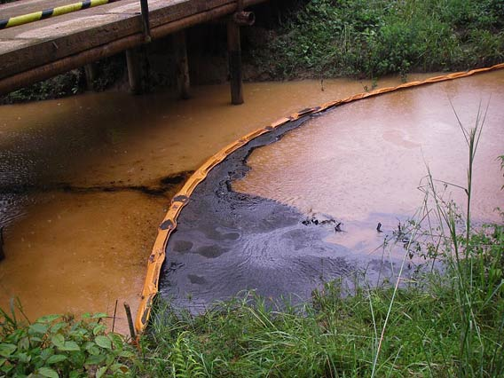An oil spill flows down Chuuntsa Creek in Oil Block 1-AB.  Photo courtesy of: Amazon Watch.