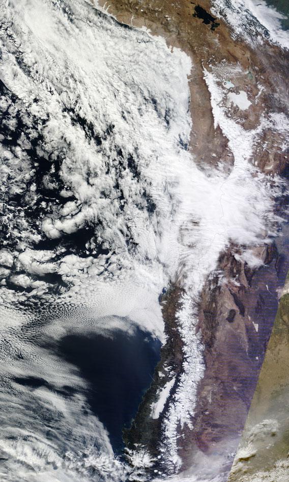 Un front froid a apporté de la neige dans le désert d'Atacama. Photo publiée avec la gracieuse autorisation de la NASA.