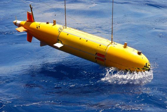 Der Unterwasserroboter Autosub6000 wird zu Wasser gelassen. Mit ihm werden Tiefseeschlote gesucht. Foto: University of Southampton/NOC.