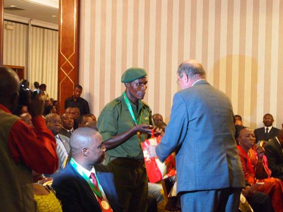 Bunda Bokitsi receiving his Alexander Abraham award. Photo by: Zoological Society of Milwaukee (ZSM).