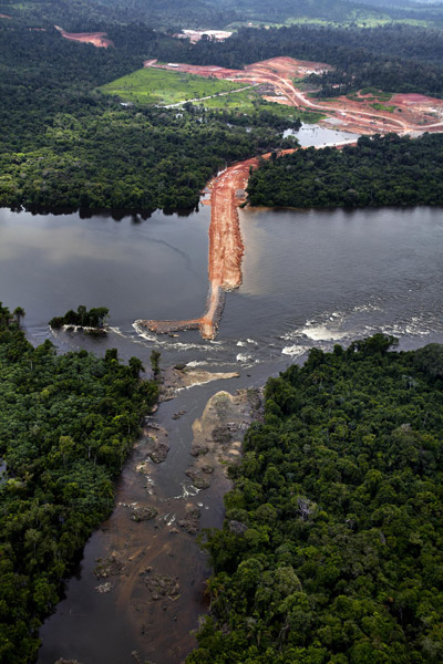 Construction site of the Belo Monte Dam and hydropower project, near Altamira. Photo by © Greenpeace/Marizilda Cruppe.