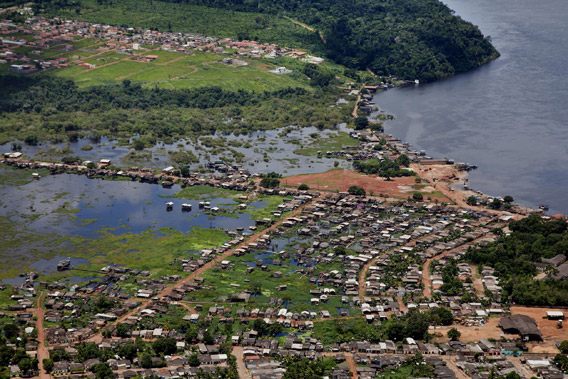 The Invasão dos Padres neighborhood in the Brazilian city of Altamira would suffer from the construction of the nearby Belo Monte Dam project. Photo by © Greenpeace/Marizilda Cruppe.