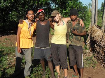 Mialy, Tia, Kara, et Andry: l'équipe du camp à Manombo. Photo publiée avec l'aimable autorisation de Kara Moses.