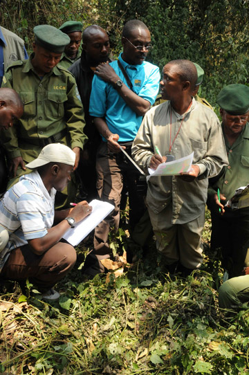 Training how to census gorilla nests. Photo by: A. Plumptre/Wildlife Conservation Society.