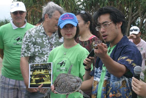 Frederick Yeh讲授如何避免购买海龟产品。照片来自:911国际海龟保护组织