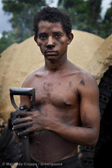 Valdobras dos Santos Castro, 19 years old, works at an illegal charcoal camp in the municipality of Goianésia. Photo by: Marizilda Cruppe/Greenpeace.