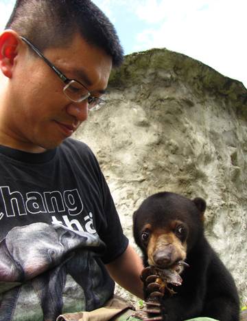 Siew Te Wong with sun bear cub. Photo by: Siew Te Wong.