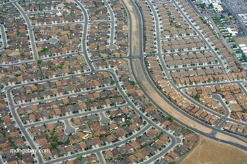 Suburban sprawl in Albuquerque, New Mexico. The text recognizes the problem of unsustainable consumption, but does little to remedy it. Photo by: Jeremy Hance.
