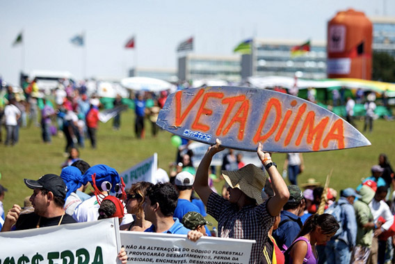 Crowd rallies for President Dilma Rousseff to veto changes to Brazil's forest code. Photo by: WWF-Brasil.