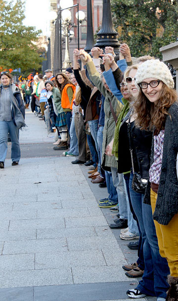 12,000 protestors create human chain around White House to protest tar sands pipeline. Photo by: Emma Cassidy.