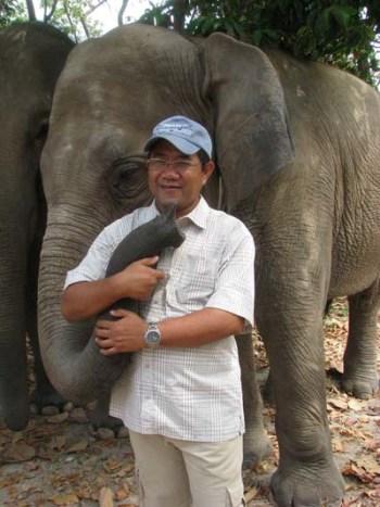 Tuy Sereivathana with an Asian elephant.